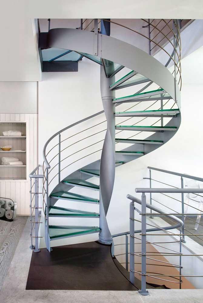 Você já pensou em unir a escada de ferro com vidro?
