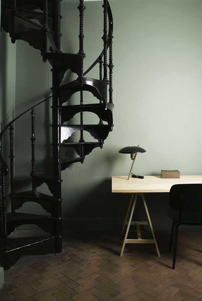 Uma escada de ferro preta mais clássica para quem gosta do estilo mais tradicional.