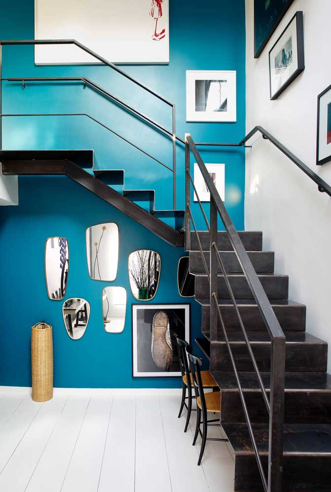 Aproveite a área por debaixo da escada para construir algo criativo.