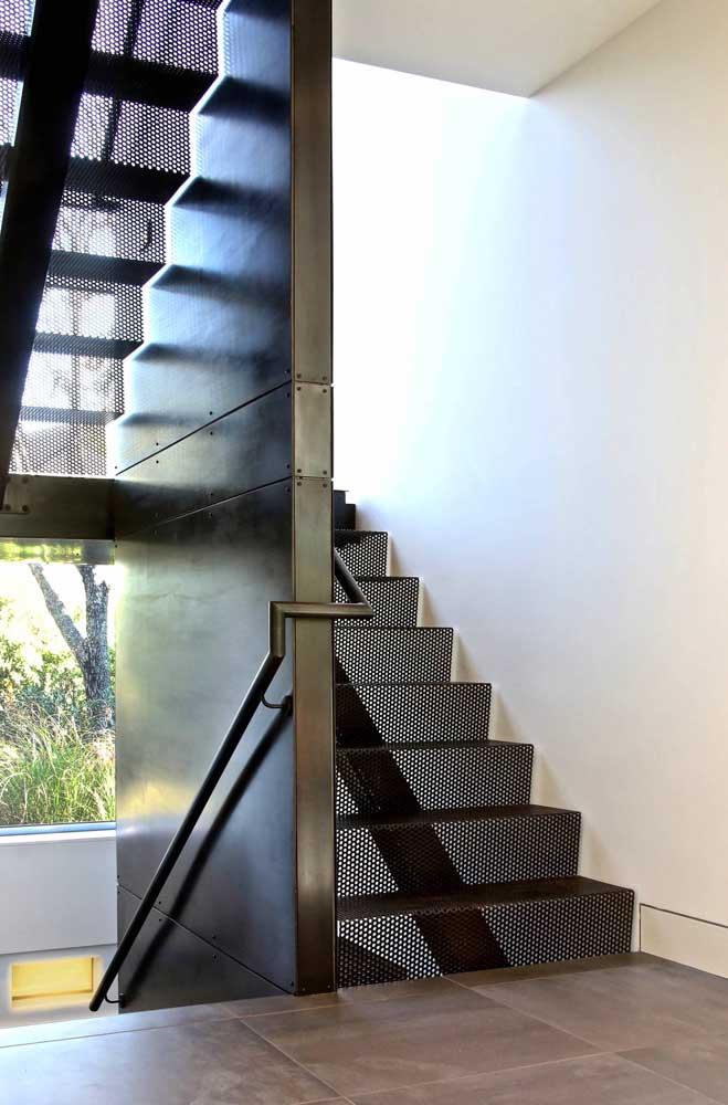 A escada de ferro é perfeita para quem deseja criar um ambiente mais industrial.