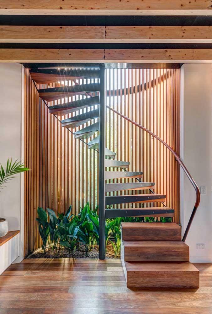 Que tal fazer um jardim de inverno por trás da escada de ferro e madeira?