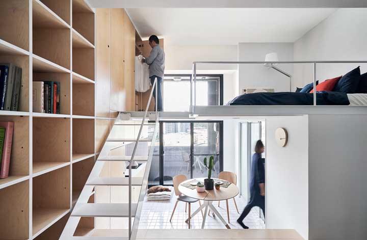 A escada de ferro acaba sendo um complemento deste cômodo moderno.