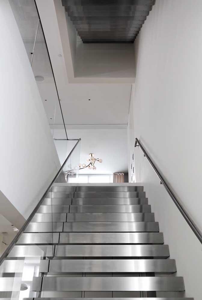 A escada de ferro deixa o ambiente mais clean, elegante e sofisticado.