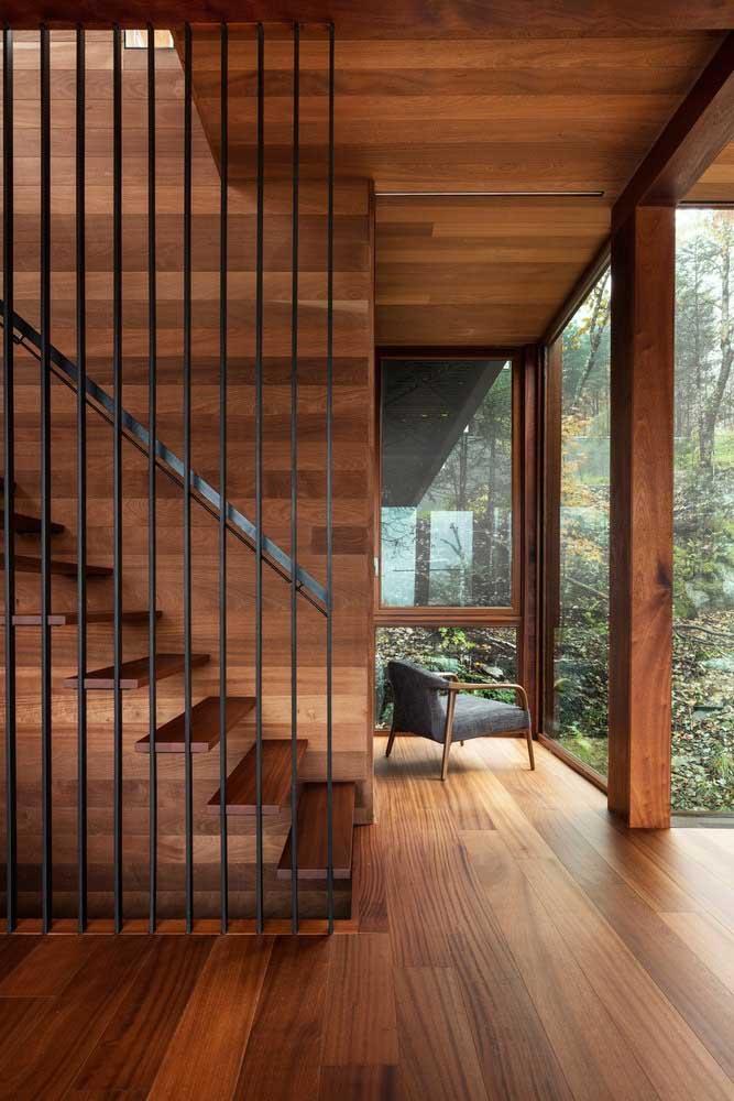 Que tal combinar madeira e ferro na hora de fazer a escada? Degraus de madeira e corrimão de ferro.