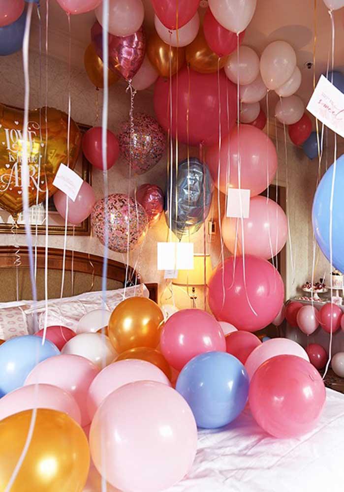 Entre as principais ideias para festa surpresa estão encher o quarto de balão.