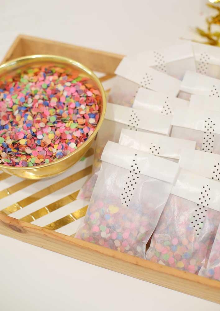 Não esqueça dos confetes e papel picado para jogar na hora que o homenageado entrar na festa surpresa.
