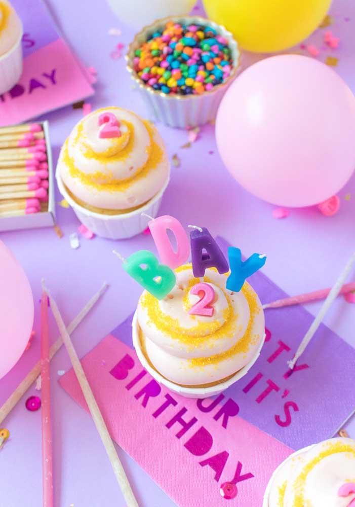 As comidas para festa surpresa devem ser escolhidas priorizando algo mais prático e rápido de fazer, mas não esqueça do cupcake.