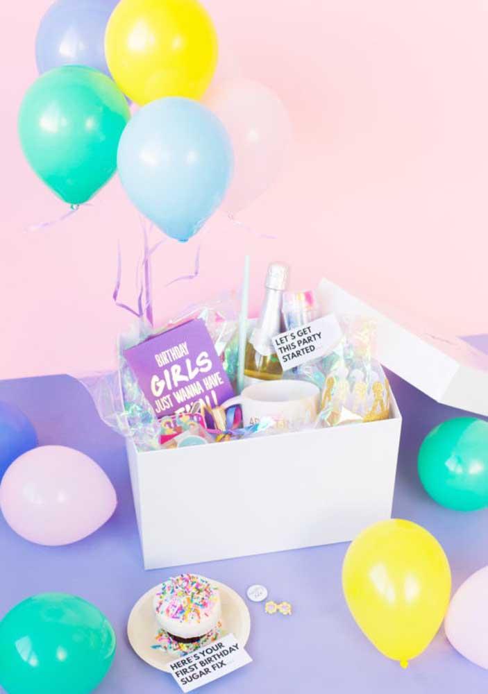 Uma caixa festa surpresa é perfeita para quem não curte muito grandes eventos e prefere algo mais intimista.
