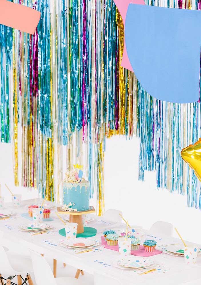 Uma festa surpresa para chamar atenção precisa ser decorada com itens brilhantes.