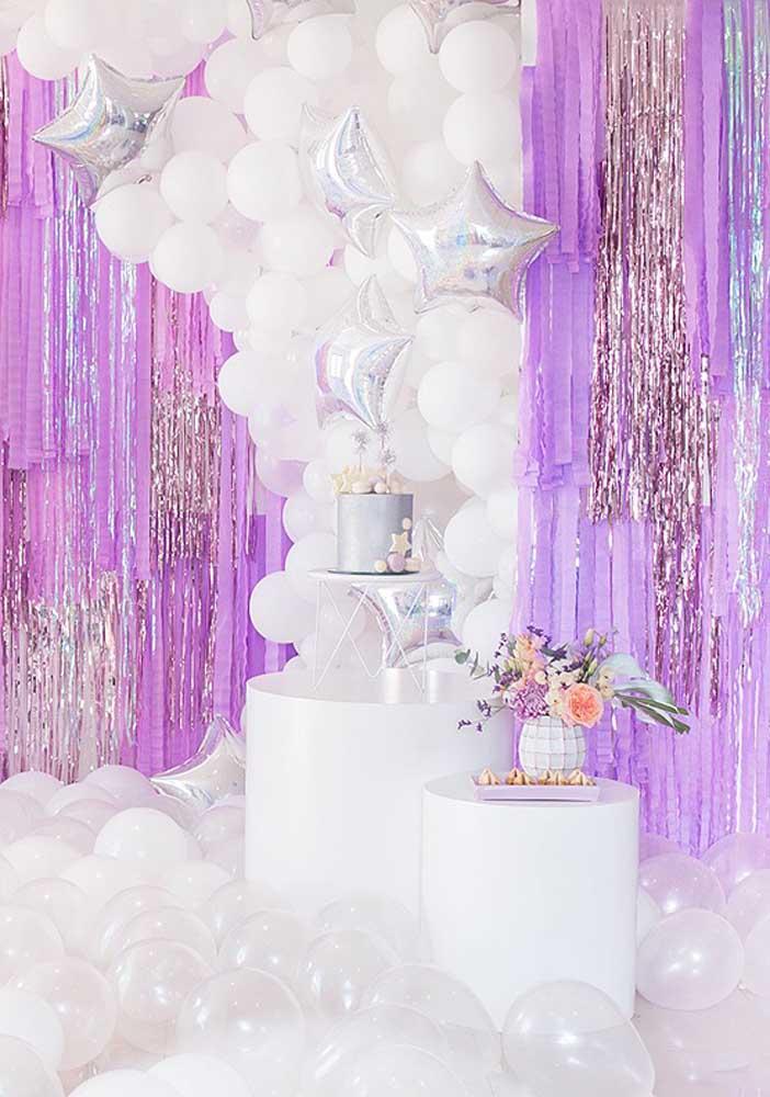 Uma combinação entre as cores branca e lilás para a decoração da festa surpresa.