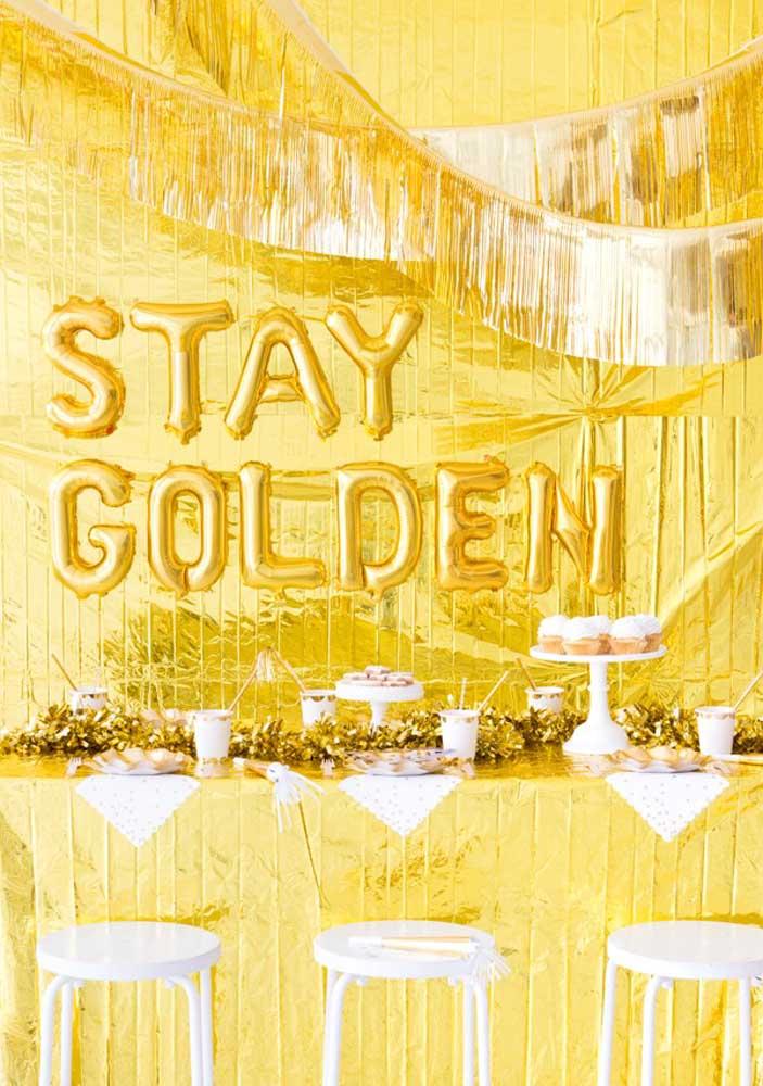 Mas há quem prefira algo mais luxuoso como fazer uma decoração com a cor dourada predominando.
