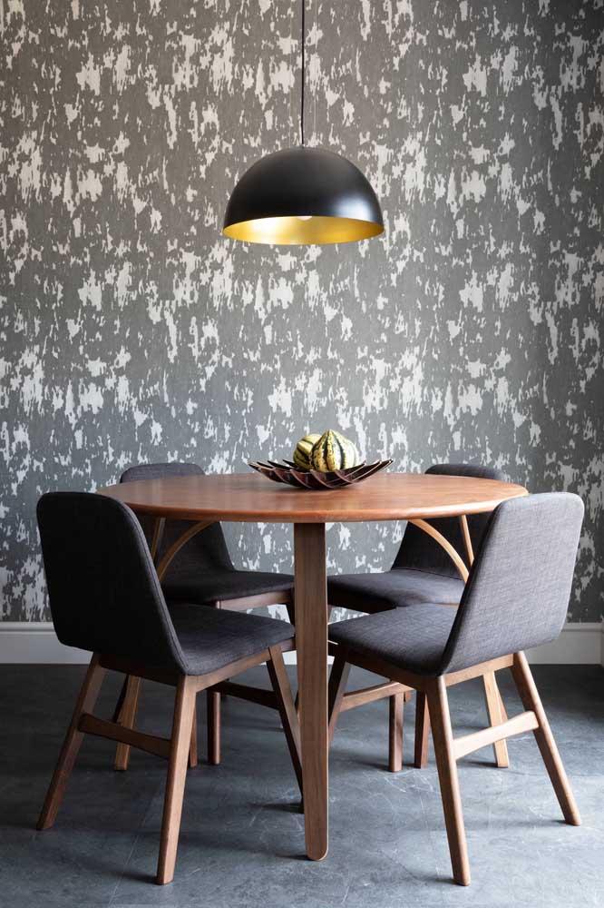 Tenha cuidado na hora de escolher o papel de parede para sala de jantar pequena.