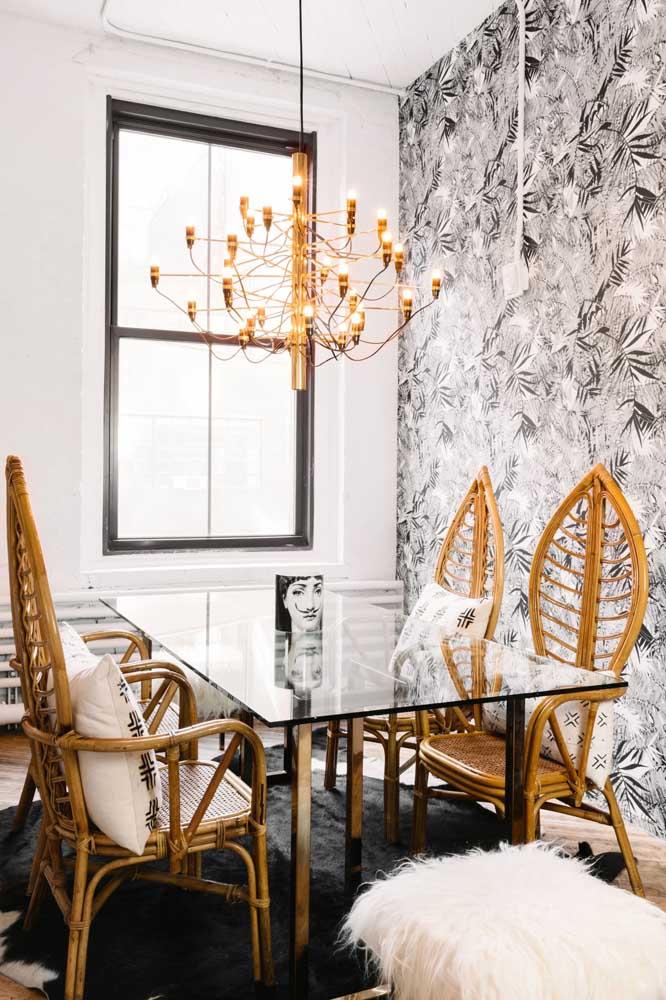 O papel de parede cinza combina perfeitamente com a decoração dourada.