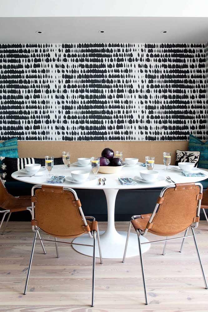 Aposte em uma estampa diferenciada para o papel de parede da sala de jantar.