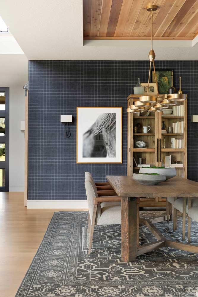 Veja como esse tipo de papel de parede faz uma bela combinação com piso e teto de madeira.
