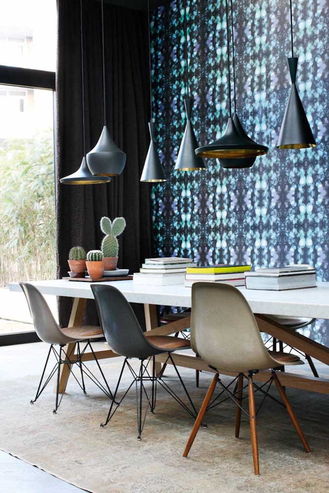 O papel de parede deixa o ambiente cheio de estilo e perfeito para receber seus convidados.