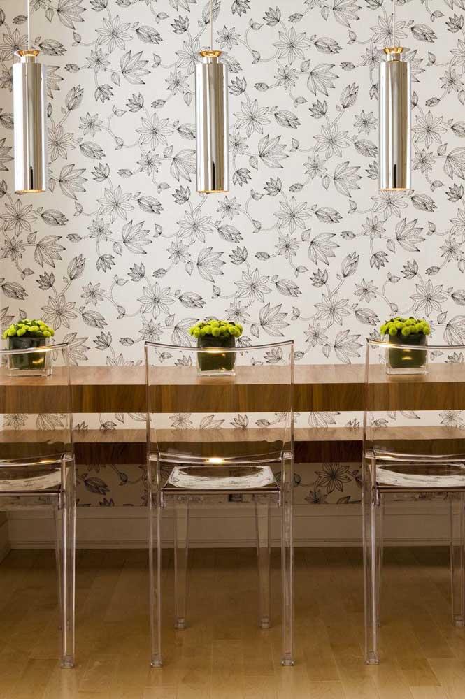 Olha como o papel de parede claro combina com as cadeiras transparentes.