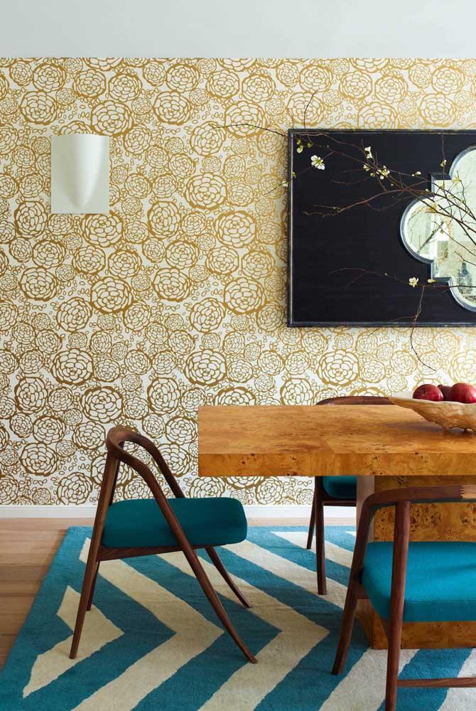 Se a intenção é fazer uma decoração luxuosa, opte pelo papel de parede dourado.