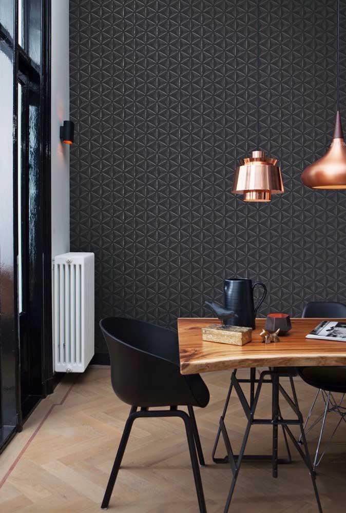 Quem disse que o papel de parede escuro não pode ser usado na sala de jantar?