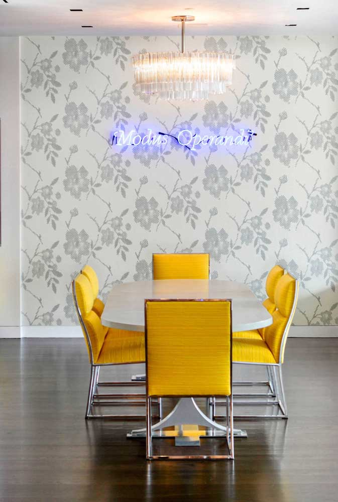 Para destacar a sala de jantar coloque um letreiro iluminado no papel de parede.
