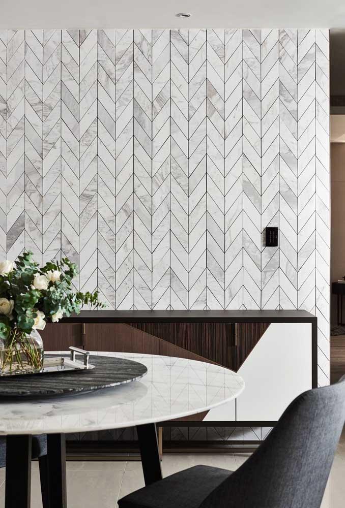 Destaque a parede da sala de jantar com um belo papel de parede.