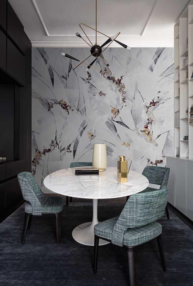 Crie contraste com o papel de parede e piso da sala de jantar.