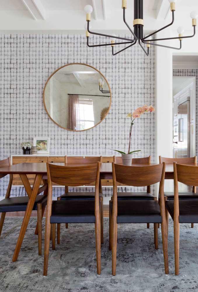 Não basta apenas decorar com papel de parede, acrescente um belo espelho para destacar o ambiente.