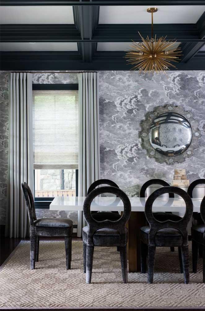 Escolha um papel de parede com paisagem para combinar com a decoração da sala de jantar.