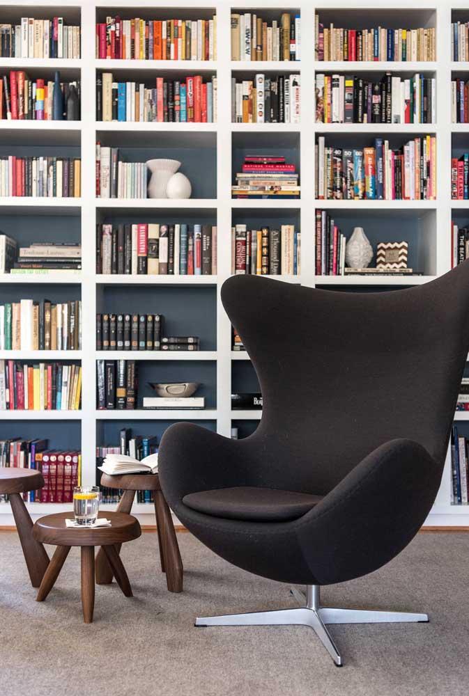 Você pode pegar essa mesma poltrona egg preta para colocar na sala de leitura.