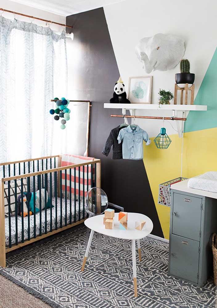 A decoração da parede do quarto de bebê ganha destaque.
