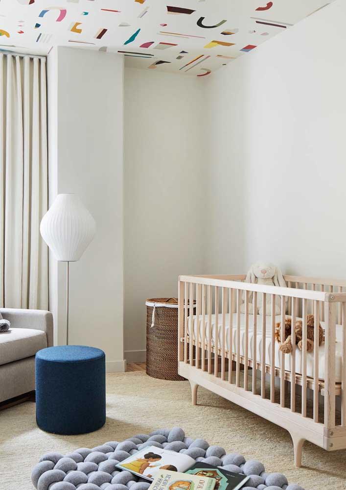Você também pode decorar o teto do quarto de bebê.