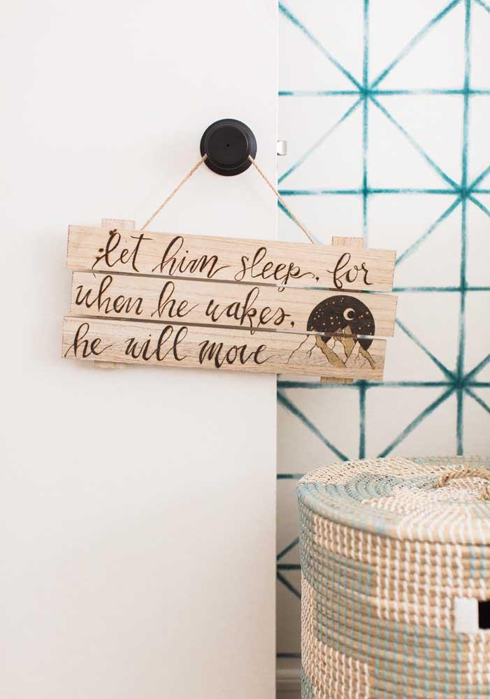 E muito amor com uma bela mensagem na porta para evitar que as pessoas perturbem o sono do bebê.