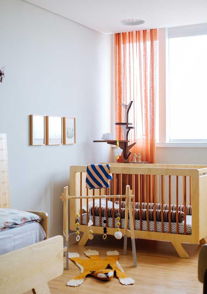 Quem disse que você não pode apostar em cores fortes para decorar o quarto de bebê?