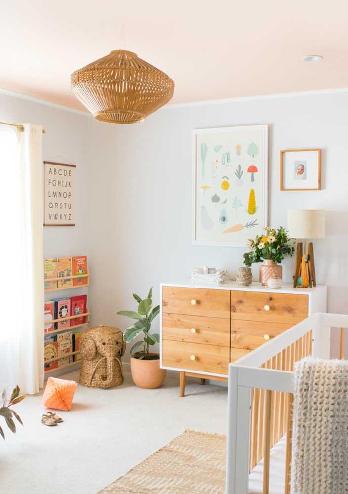 Um acessório no quarto de bebê pode destacar o ambiente.