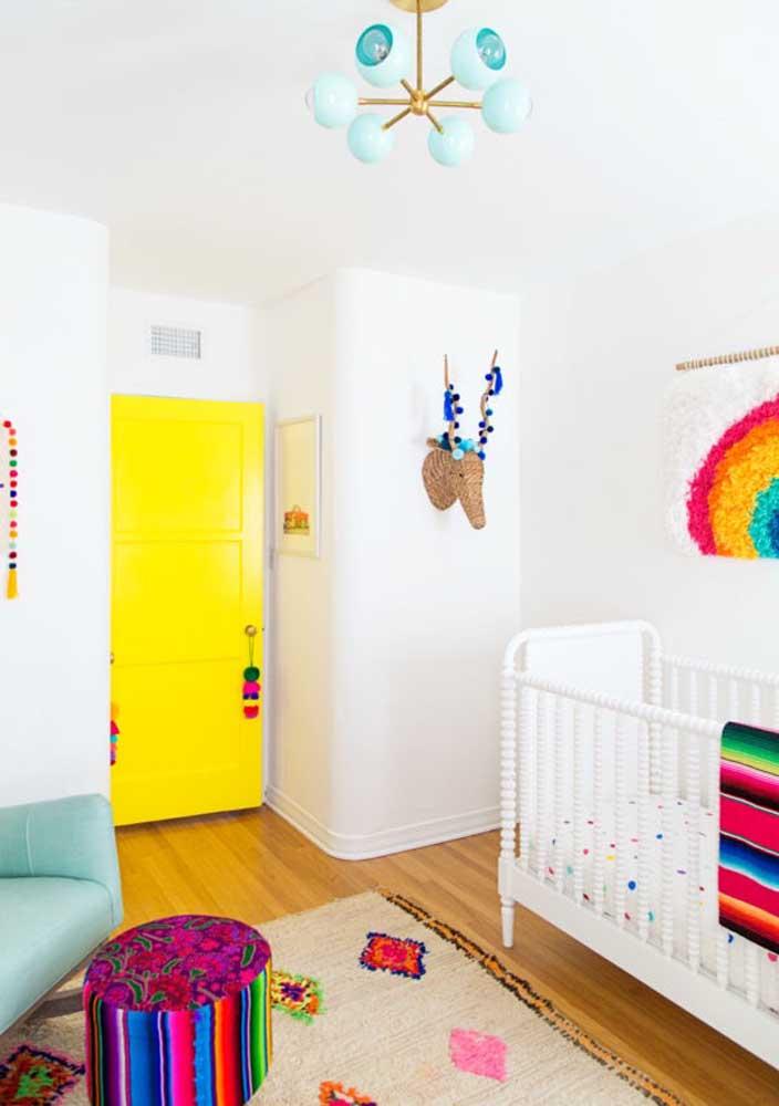 Uma decoração colorida deixa o quarto de bebê mais divertido e cheio de vida.