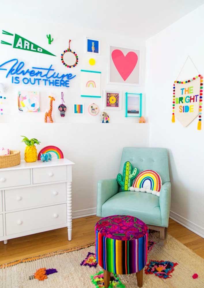 Para isso coloque vários elementos decorativos como quadros, letreiros e adesivos na parede.