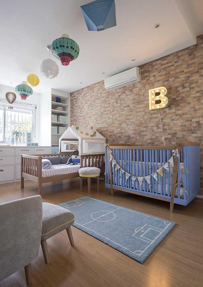 Bebês adoram ver coisas no teto, por isso, pendure balões para chamar a atenção deles.