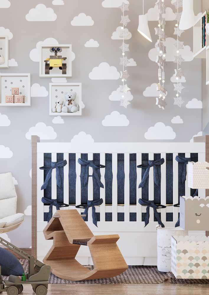 Um belo papel de parede, uma iluminação de qualidade e móveis diferenciados devem fazer parte do quarto de bebê masculino.