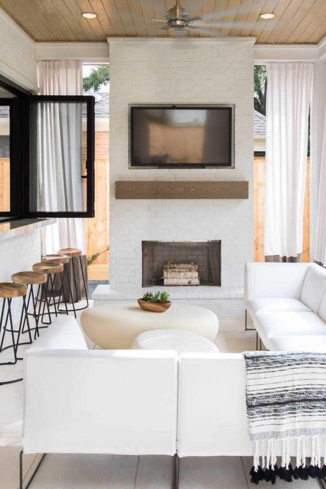 Se você não tem uma área externa, pode aproveitar algum cômodo da casa para fazer a área de lazer.