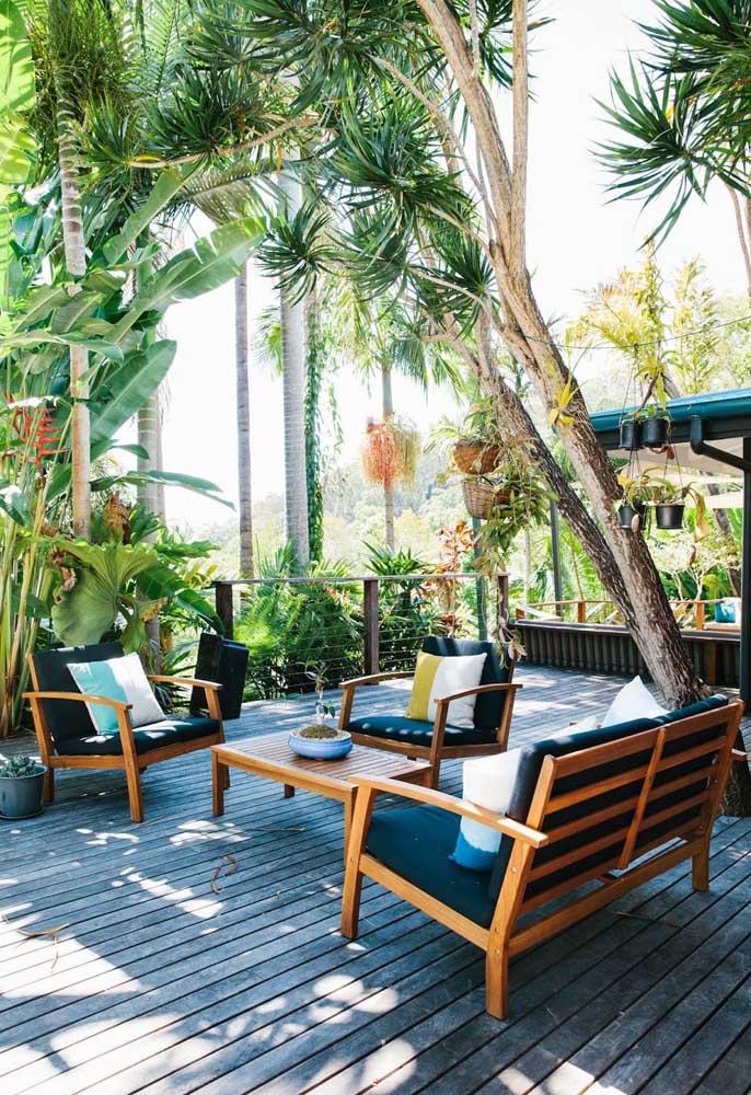 Árvore, plantas, móveis de madeira e piso rústico são itens perfeitos para decorar a área de lazer.