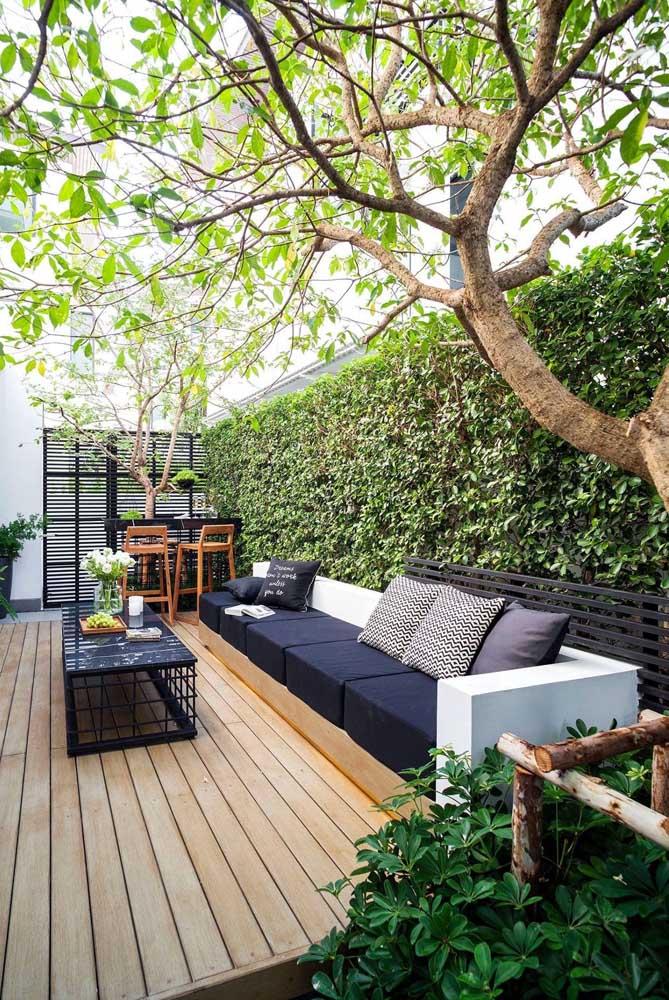 O que acha de fazer um jardim vertical na área de lazer pequena?