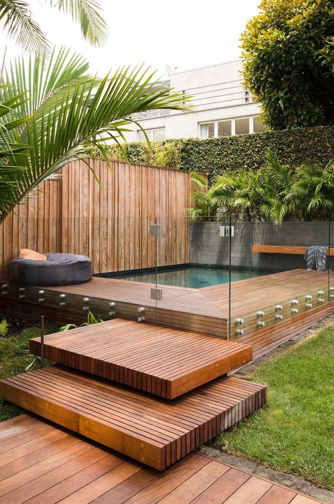 Você não precisa ter um espaço enorme para fazer uma área de lazer com piscina.