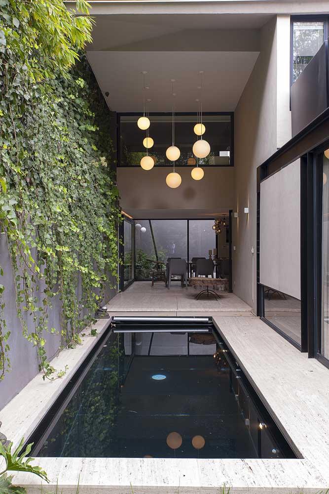 Se você deseja ter mais segurança na sua área de lazer, pode construir a piscina em uma área coberta.