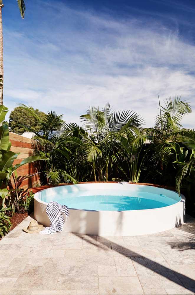 Até uma piscina improvisada pode ser interessante para a área de lazer que é pequena.