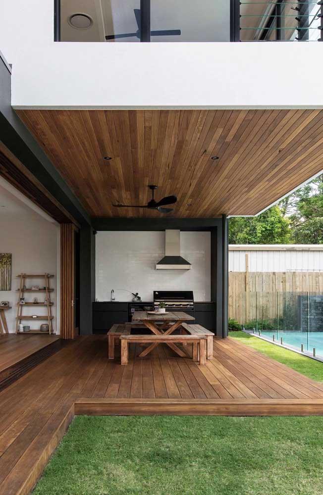 Quer fazer uma decoração seguindo o estilo rústico? Aposte no teto e piso de madeira.