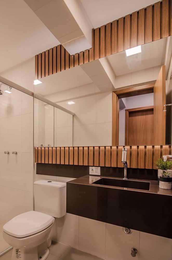 O banheiro com granito marrom absoluto é um charme só.