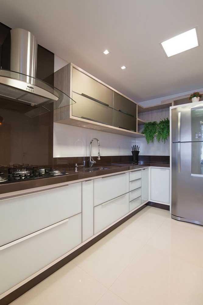 Incrível como a cozinha fica mais sofisticada com o granito marrom absoluto.