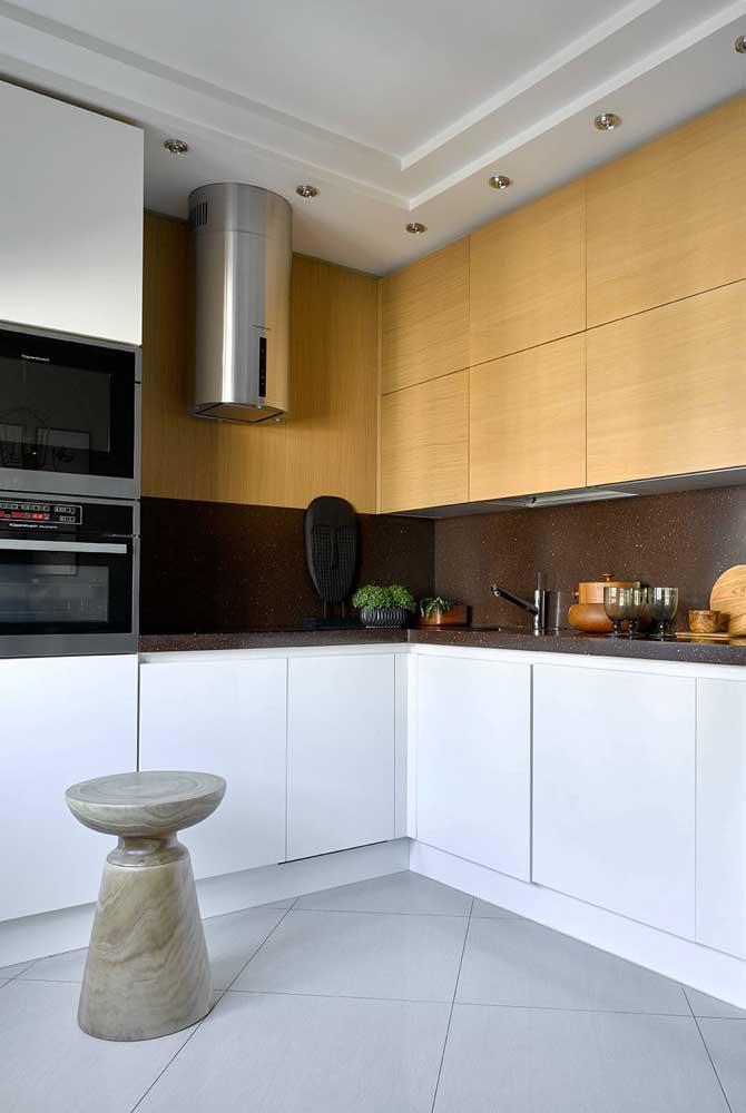 Como é o caso desse armário de cozinha de madeira.