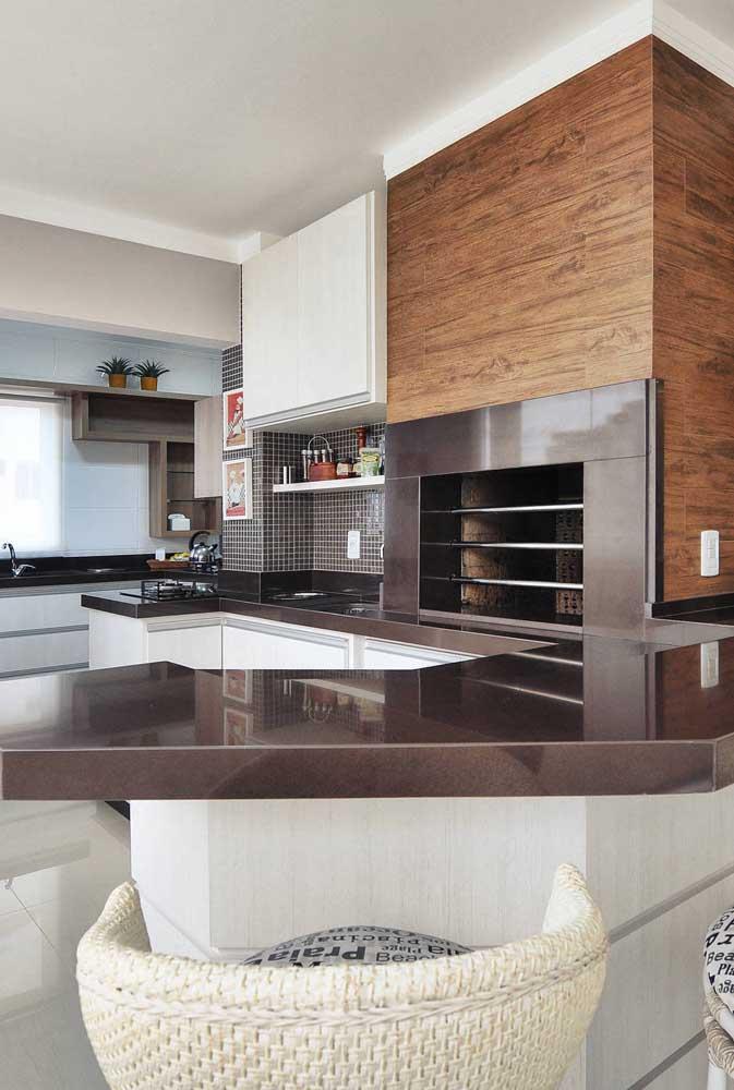 Que tal usar granito marrom absoluto em toda a cozinha?