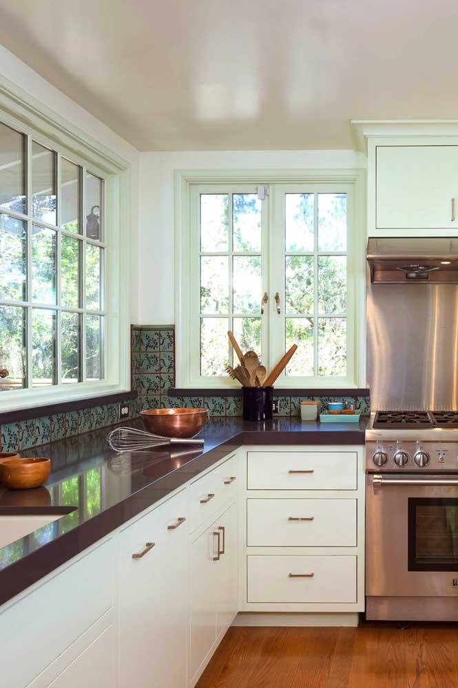 Quer ter uma cozinha sofisticada e elegante? Invista no granito marrom absoluto.